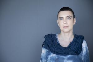 Adriana Calcanhotto aborda relação com o mar e a condição do artista em 'Margem', seu novo álbum