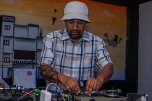 Bar da Fábrica recebe um dos mais influentes DJ's da cena do Hip-Hop nacional neste domingo