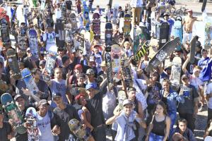 Skatistas fazem passeata pelas ruas de Curitiba no 'Go Skate Day'