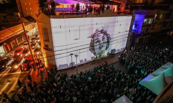 Exibição ao ar livre na inauguração do Cine Passeio em Curitiba