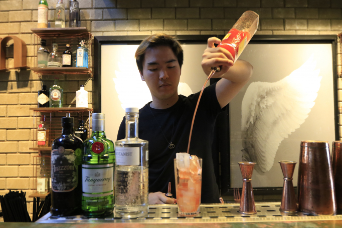Bartender preparao um coquetel a base de gin: sofisticação