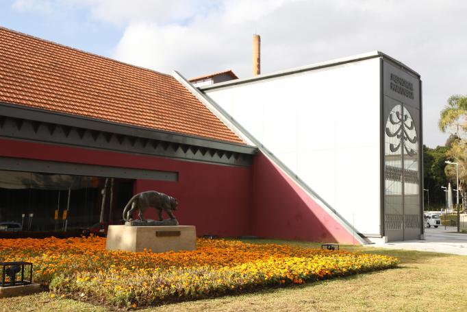Na parte externa, foi construído um jardim com 15 esculturas de bronze ampliadas. Ao todo são quase 100 obras de Turin graças a uma junção de esforços