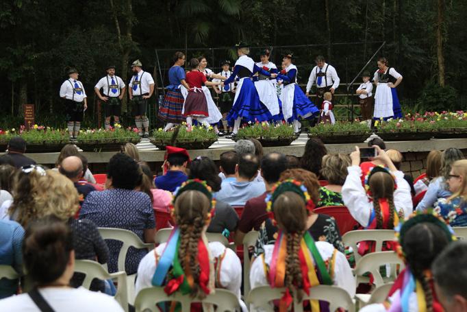 Grupo folclório, ontem, em apresentação no Bosque do Papa