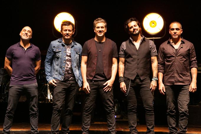 Jota Quest encerra turnê de sucesso no palco do Teatro Positivo.