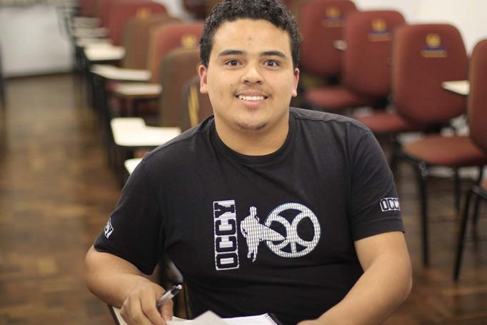 Luis Gustavo trocou de faculdade até conseguir uma bolsa