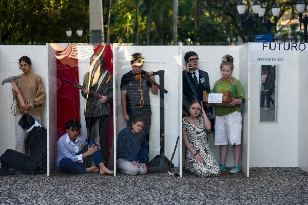 Intervenção urbana realizada pelos estudantes no calçadão da Rua XV de Novembro.