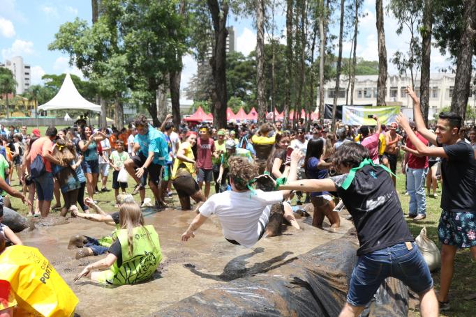 Banho de lama recepciona os novos calouros da UFPR: música, alegria e comidinhas, mas sem bebida alcoólica