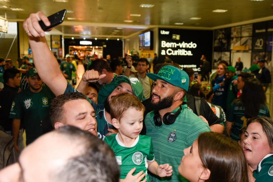 Torcida recepciona o Coritiba no aeroporto