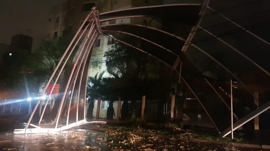 Tempestade com granizo, chuva e vento deixa rastro de destruição em Curitiba e região