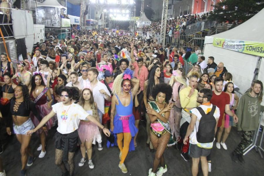 Segundo dia de desfiles de Carnaval em Curitiba