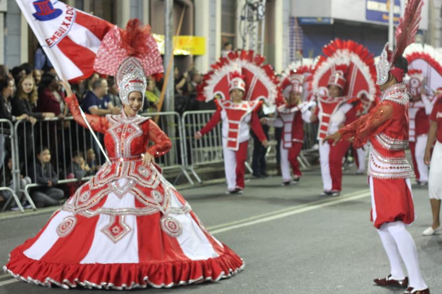 Desfile da Embaixadores da Alegria no Carnaval de Curitiba