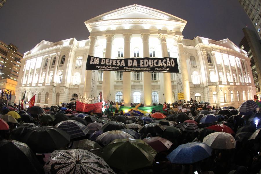 Nem chuva impede manifestação contra cortes na educação em Curitiba