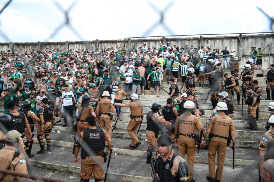 Imagens da confusão entre torcedores do Coxa na Vila Capanema