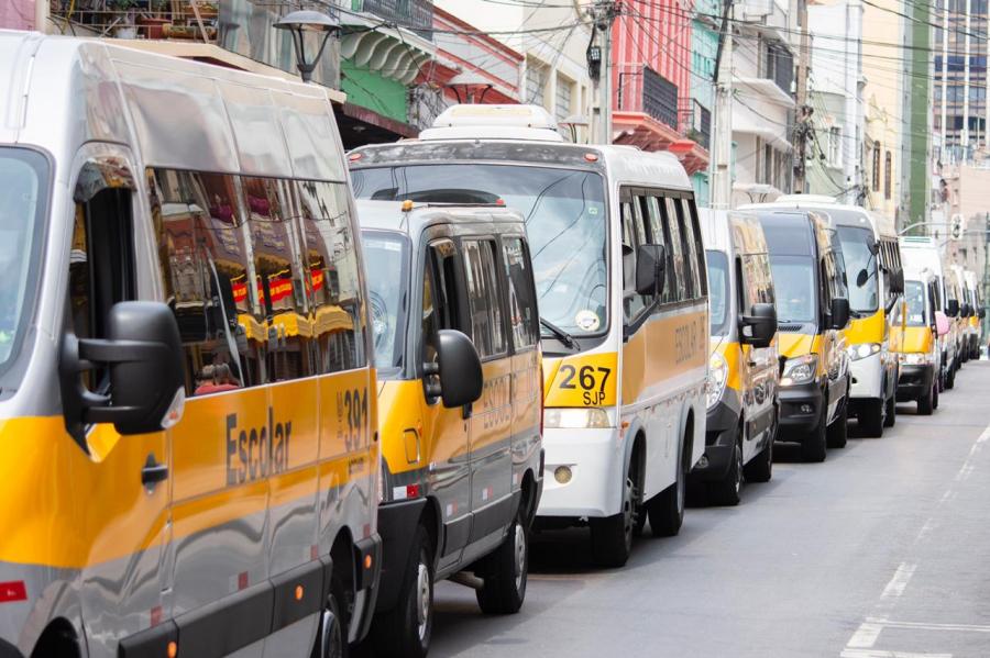 Carreata e buzinaço de vans em Curitiba