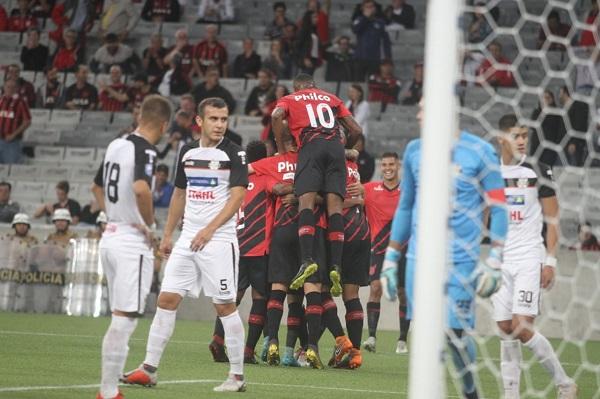 Jogadores do Athletico comemoram gol sobre o General Díaz