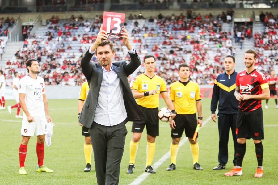 Paulo André recebe homenagem antes do amistoso