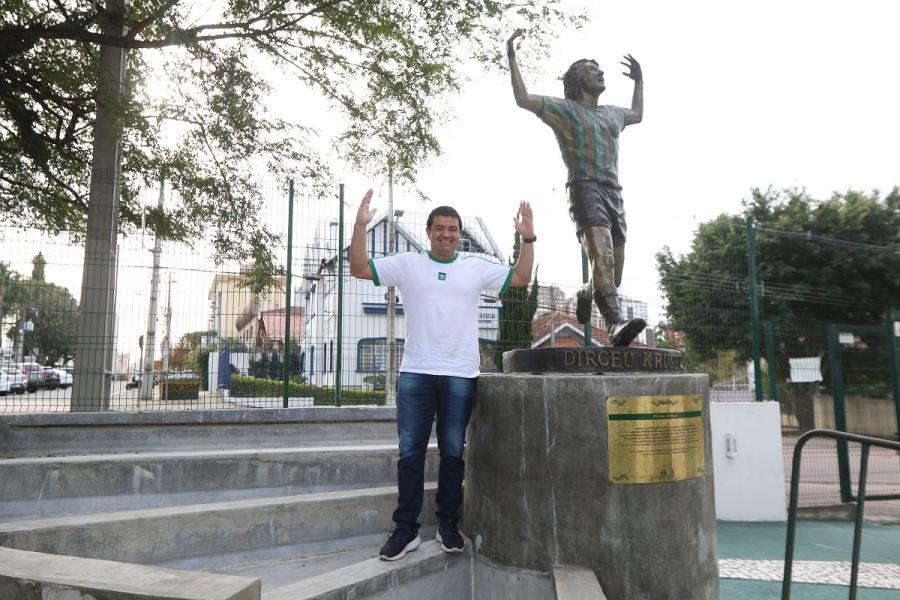 Jetson ao lado da estátua de Dirceu Krüger