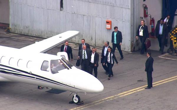 Ex-presidente entrando no monomotor Cessna Caravan que o traria at\u00e9 Curitiba