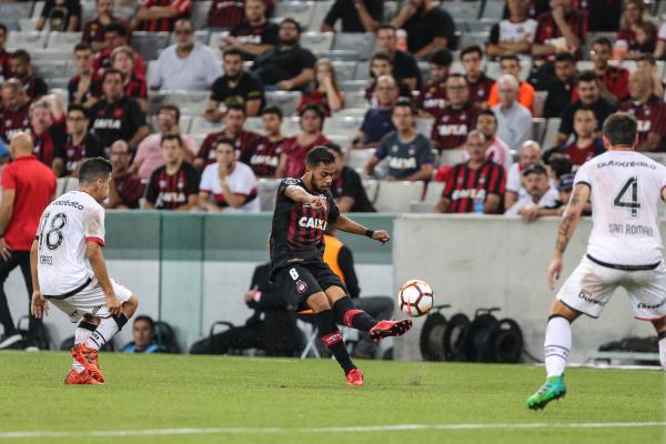 Renan Lodi cruza a bola, durante o jogo com o Newell\u00b4s