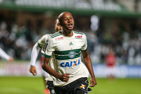 Vinicius Kiss comemora o gol do Coritiba sobre o Atl\u00e9tico-GO
