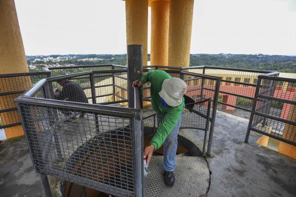 Funcion\u00e1rio faz a manuten\u00e7\u00e3o de limpeza da escada met\u00e1lica do mirante do Parque Tangu\u00e1