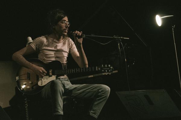 Tim Bernardes.