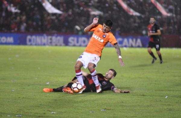 Pavez, do Atl\u00e9tico, disputa lance com jogador do Newell\u00b4s