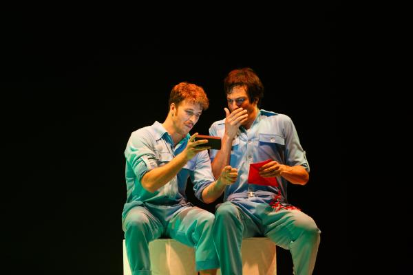 """Miguel Thir\u00e9 e Mateus Solano, em cena da pe\u00e7a \""""Selfie\""""."""