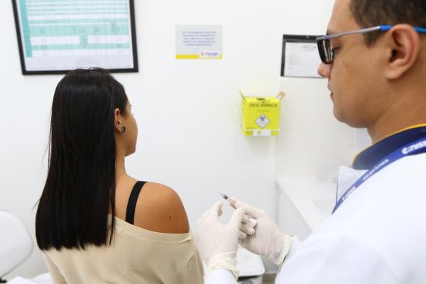 """""""Vacina\u00e7\u00e3o: no calend\u00e1rio elaborado pela Sociedade Brasileira de Imuniza\u00e7\u00f5es h\u00e1 13 vacinas indicadas para adultos"""""""