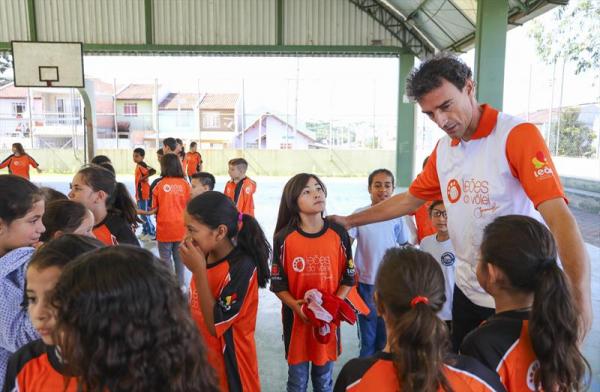 Emanoel orienta alunos da escola Maria Zeglin no Tatuquara