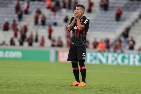 """Carleto lamenta derrota do Atl\u00e9tico na Arena: time entrou na zona de rebaixamento na sexta rodada"""