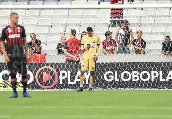 O goleiro Santos usa celular dentro do gramado da Arena, segundos antes do in\u00edcio da partida contra o Atl\u00e9tico-MG