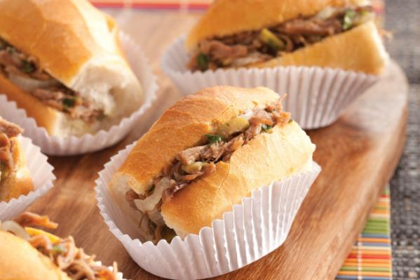Carne louca \u00e9 um receita simples que pode ser servida como recheio de minip\u00e3es do tipo franc\u00eas. A carne \u00e9 cozida na press\u00e3o e servida desfiada.