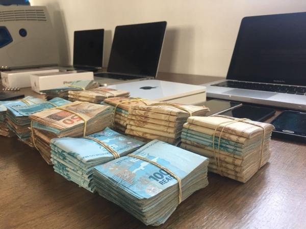 A pol\u00edcia apreendeu mais de R$ 100 mil em dinheiro.