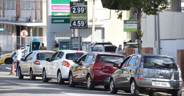 Nos poucos postos com gasolina, h\u00e1 espera de at\u00e9 sete horas