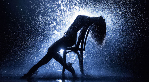 "Cena ic\u00f4nica do filme \""Flashdance\""."