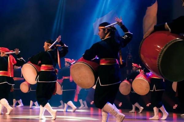 Apresenta\u00e7\u00e3o do grupo Ryukyu Koku Matsuri Daiko. O nome literalmente significa \u201cTambores Festivos do Reino de Ryukyu\u201d