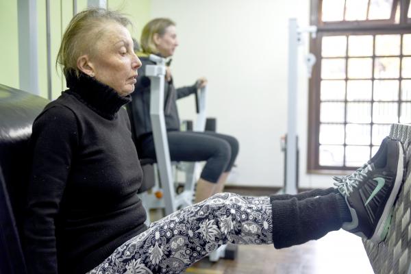 """""""Alunos se exercitam para manter a forma: nesta turma ningu\u00e9m tem menos do que 40 anos"""""""