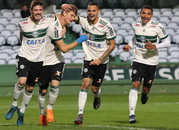 Jogadores do Coritiba comemoram gol do time de aspirantes no Couto Pereira