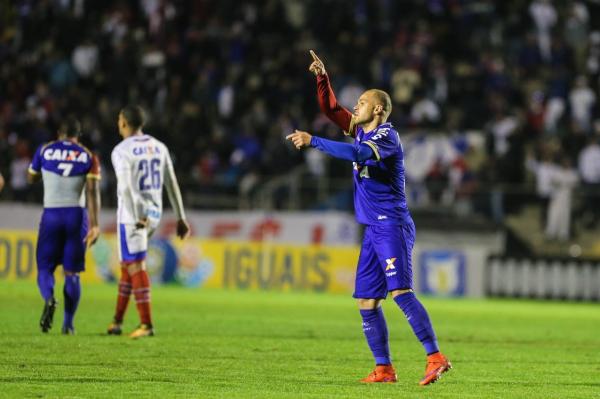 Silvinho comemora o gol do Paran\u00e1