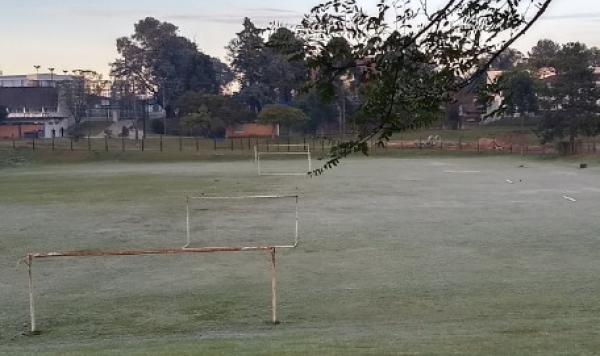 Geada em um campinho de futebol no bairro Jardim das Am\u00e9ricas, \u00e0s 9 horas desta manh\u00e3 de s\u00e1bado