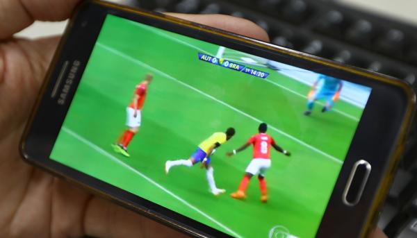 Os jogos do mundial de futebol na telinha do celular