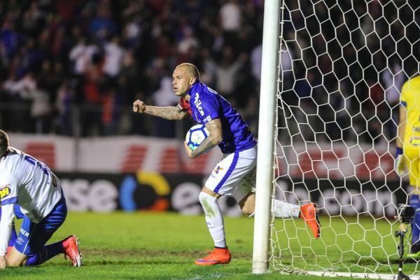 Silvinho comemora gol do Paran\u00e1 sobre o Cruzeiro