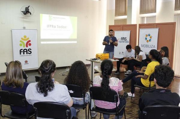 Oficina para apresenta\u00e7\u00e3o de cursos de Ensino M\u00e9dio Profissionalizante ofertados pelo Instituto Federal do Paran\u00e1 (IFPR) na Regional do Pinheirinho