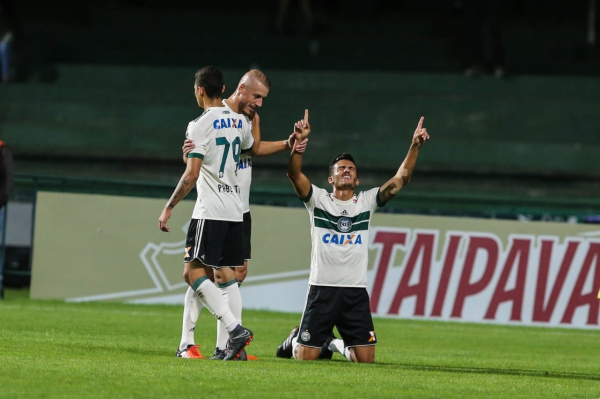 """""""Guilherme Parede comemora gol contra o Paysandu: artilheiro do Coritiba"""""""