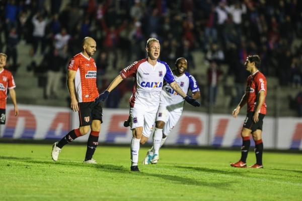 Raphael Alem\u00e3o comemora gol do Paran\u00e1 sobre o River uruguaio
