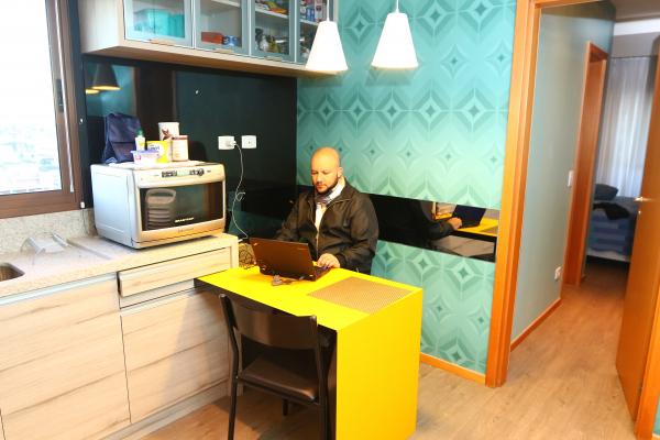 """""""Fabio Elton dos Santos no apartamento em que mora, alugado via Shortstay: \u201cFlexibilidade e boa estrutura\u201d"""""""