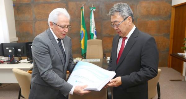 """""""Amaral, do TCE, entrega lista a Oyama, do TRE: refer\u00eancia"""""""