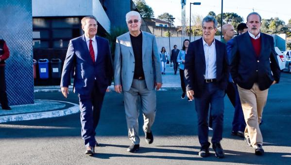 Comiss\u00e3o de senadores, ap\u00f3s visita a Lula, ontem