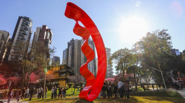 Escultura de sete metros de altura na Praça do Japão é símbolo da integração da cidade, diz prefeito